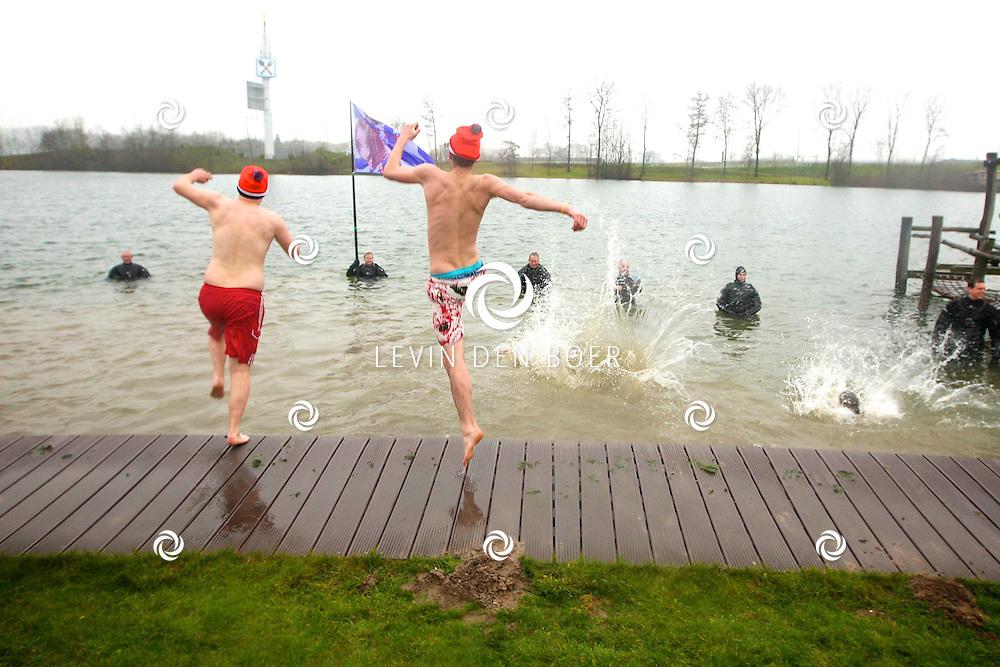 ENSPIJK - In recreatieplas de rotonde gingen weer velen van start bij de Unox Nieuwjaarsduik in Enspijk. Vaders, Moeders en kinderen namen de sprong in het diepen. FOTO LEVIN DEN BOER - PERSFOTO.NU