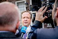 DEN HAAG - Alexander Pechtold (D66) en Wouter Koolmees (D66) bij aankomst op het Binnenhof voor onderhandelingen met informateur Gerrit Zalm. copyright robin utrecht