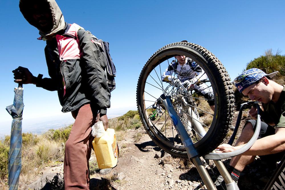 Location: Mont Kenya (Kenya) Urge Kenya 09/ The ultimate Mountain Bike gravity adventure at Mont-Kenya Athlete: Darren Berrecloth fix his flat tyre on his way to Shipton Camps (altitude 4200 meters)