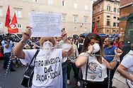 Roma 24 Giugno 2015<br /> Gli insegnanti protestano contro le riforme della scuola di Renzi, vicino  al Senato, dove giovedi il Governo Renzi ha deciso di votare la fiducia alla legge. Manifestanti imbavagliati e  incatenati.<br /> Rome June 24, 2015<br /> The teachers are protesting against Renzi's school reforms, , close to the Senate, where the government Renzi, thursday decided to vote confidence to the law. Protesters gagged and chained.