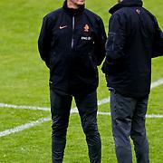AUS/Seefeld/20100529 - Training NL Elftal WK 2010, bondscoach Bert van Marwijk overlegt met de medische staf