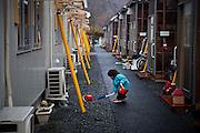 Onagawa  Logements provisoires Kasetsu jutaku  Mars 2012.Les logement provisoires sont assemblés en bloc régulier déssinant des rues et allées perpendiculaire. Les enfants en font leur espace de jeux