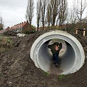 Nederland Rotterdam 23 november 2008 20081123 Foto: David Rozing ..Kinderen spelen in natuurspeeltuin Klein Poldertje in Overschie. Projct ivm Rotterdam groenjaar, deze locatie was voormalig een hondenuitlaatplaats..Foto: Daviud Rozing
