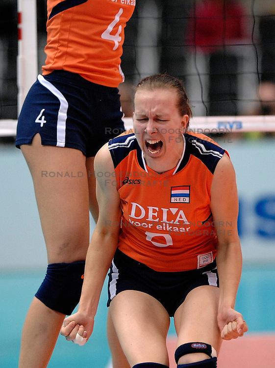08-11-2006 VOLLEYBAL: WK DAMES: NEDERLAND - DUITSLAND: OSAKA JAPAN<br /> De Oranjedames hebben op het WK in de tweede ronde een knappe zege behaald op Duitsland. In het Japanse Osaka werd het 3-2 (23-25, 25-21, 25-23, 23-25, 16-14) voor Nederland / Mirjam Orsel<br /> &copy;2006-WWW.FOTOHOOGENDOORN.NL
