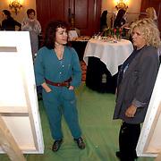 NLD/Amsterdam/20060209 - Bekende Nederlanders schilderen voor de Stichting Lezen en Schrijven, Rosita Steenbeek en Gerti Bierenbroodspot
