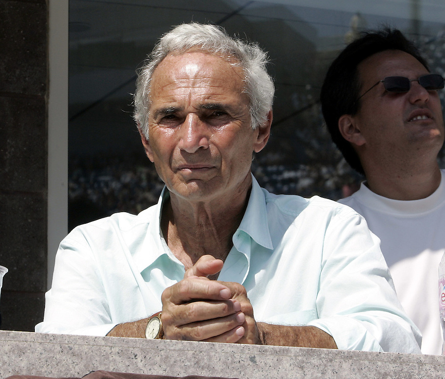 Baseball pitching great Sandy Koufax watches Andre Agassi of the US play Benjamin Becker of Germany during their third round match on the seventh day of the 2006 US Open tennis tournament in Flushing Meadows, New York Sunday, 03 September 2006.