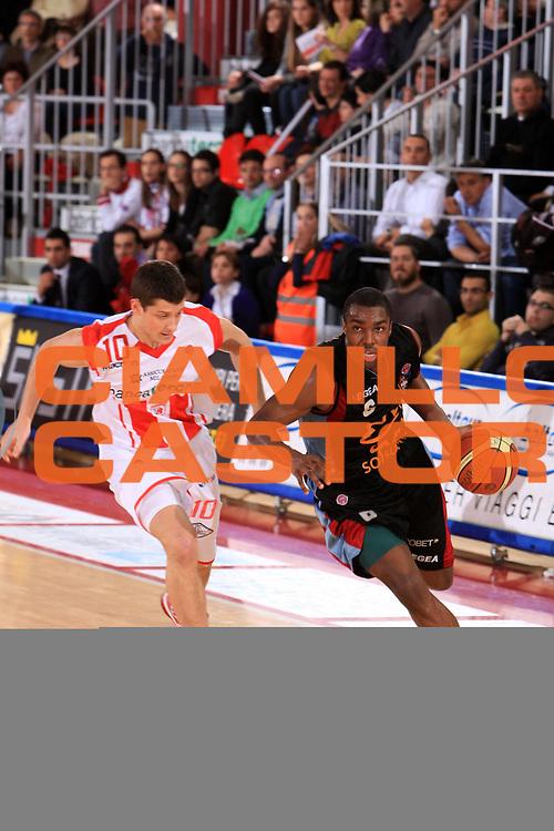 DESCRIZIONE : Teramo Lega A 2008-09 Bancatercas Teramo Snaidero Udine<br /> GIOCATORE : Folarin Campbell<br /> SQUADRA : Solsonica Rieti<br /> EVENTO : Campionato Lega A 2008-2009 <br /> GARA : Bancatercas Teramo Snaidero Udine<br /> DATA : 15/03/2009 <br /> CATEGORIA : palleggio<br /> SPORT : Pallacanestro <br /> AUTORE : Agenzia Ciamillo-Castoria/M.Carrelli