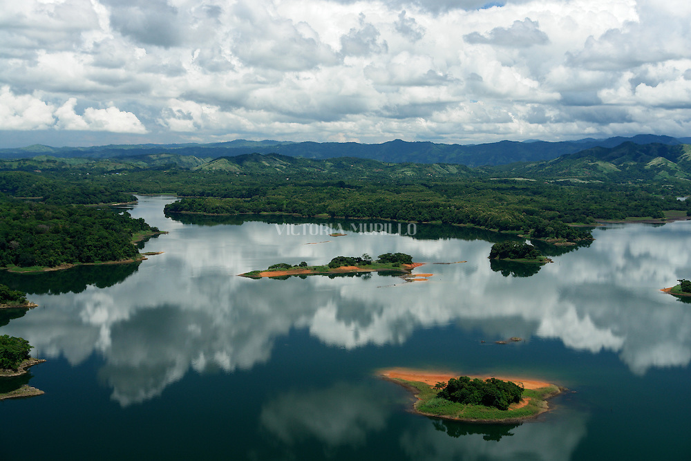 La Represa Madden , terminado en 1935 , confisca el r&iacute;o Chagres en Panam&aacute; para formar el lago Alajuela, un dep&oacute;sito que es una parte esencial de la cuenca del Canal de Panam&aacute;.<br /> <br /> El lago tiene un nivel m&aacute;ximo de 250 metros sobre el nivel del mar. Es capaz de almacenar un tercio de las necesidades anuales de agua del canal para la operaci&oacute;n de las esclusas. Dado que el dep&oacute;sito no es parte de la ruta de navegaci&oacute;n , hay menos restricciones en su nivel de agua.<br /> <br /> La represa Madden fue construida para evitar que el flujo de vez en cuando torrencial del r&iacute;o Chagres , una vez salvaje , que desemboca en la ruta de navegaci&oacute;n del lago Gat&uacute;n . Flujo rebelde del r&iacute;o planteaba un desaf&iacute;o importante para la construcci&oacute;n del Canal de Panam&aacute; . El agua del embalse de la presa tambi&eacute;n se utiliza para generar energ&iacute;a hidroel&eacute;ctrica y el suministro de agua fresca de la Ciudad de Panam&aacute;.<br /> <br /> La presa y el embalse detr&aacute;s de &eacute;l fueron ambos nombrados por EE.UU. el congresista Martin B. Madden de Illinois , que fue presidente del comit&eacute; de Apropiaciones de la C&aacute;mara durante el per&iacute;odo, mientras que los EE.UU. estaba construyendo el Canal de Panam&aacute;.<br /> <br />  El embalse , que hab&iacute;a sido conocido como el Lago Madden desde el momento de la presa primero entr&oacute; en funcionamiento , pas&oacute; a llamarse Lago Alajuela despu&eacute;s de la Zona del Canal revirti&oacute; a manos paname&ntilde;as al final de 1999<br /> &copy;Alejandro Balaguer/Fundaci&oacute;n Albatros Media.