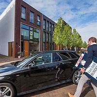 Nederland, Alkmaar, 14 april 2017.<br />Alkmaar gaat Amsterdam achterna.<br />In Alkmaar en omgeving staan de huizenprijzen onder druk.Gevolg van de Amsterdammers en Haarlemmers die in hun eigen stad niet meer aan de bak komen.<br />Makelaar Martijn Hylkema van Van der Borden Makelaardij arriveert met verkoopbord onder de arm bij Raaksje nr.13 in een nieuwe wijk nabij het centrum waar een huis in de verkoop staat.<br /><br /><br /><br /><br />Foto: Jean-Pierre Jans