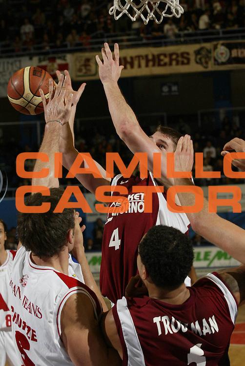 DESCRIZIONE : Milano Lega A1 2005-06 Armani Jeans Olimpia Milano Basket Livorno<br /> GIOCATORE : Phillips<br /> SQUADRA : Basket Livorno<br /> EVENTO : Campionato Lega A1 2005-2006 <br /> GARA : Armani Jeans Olimpia Milano Basket Livorno <br /> DATA : 18/12/2005 <br /> CATEGORIA : Tiro <br /> SPORT : Pallacanestro <br /> AUTORE : Agenzia Ciamillo-Castoria/G.Cottini