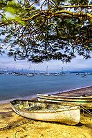 Barcos sobre a areia na Praia de Santo Antonio de Lisboa ao anoitecer. Florianópolis, Santa Catarina, Brasil. / Boats on the sand at Santo Antonio de Lisboa Beach at dusk. Florianopolis, Santa Catarina, Brazil.