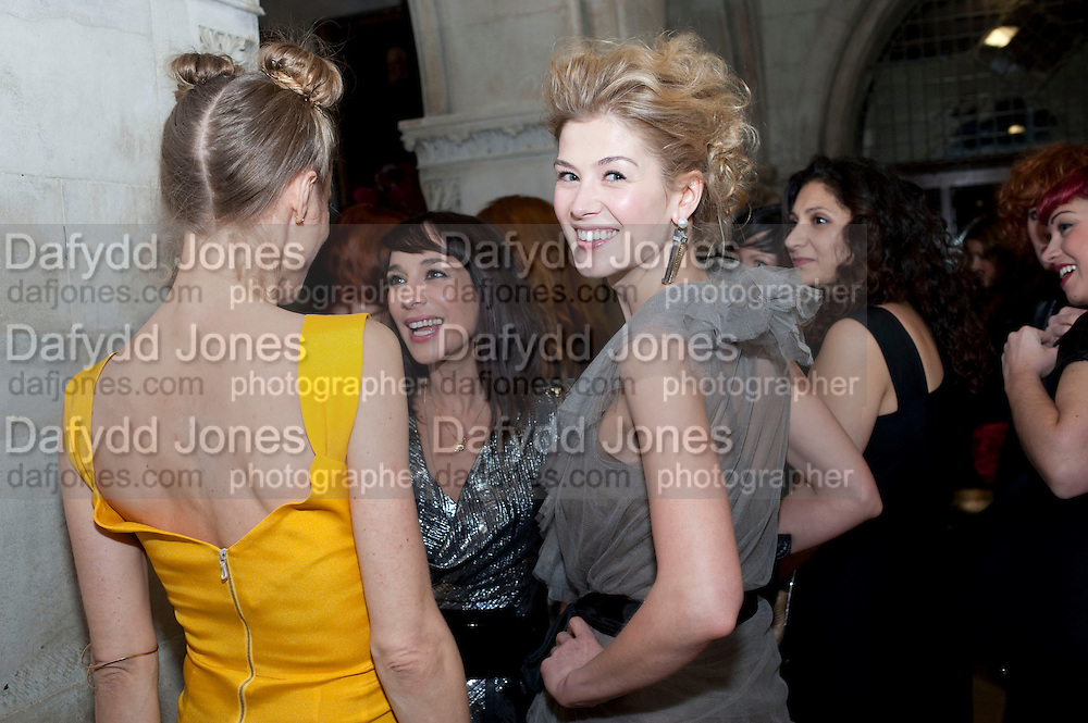 LAURA BAILEY; ROSAMUND PIKE,  British Fashion awards 2009. Supported by Swarovski. Celebrating 25 Years of British Fashion. Royal Courts of Justice. London. 9 December 2009