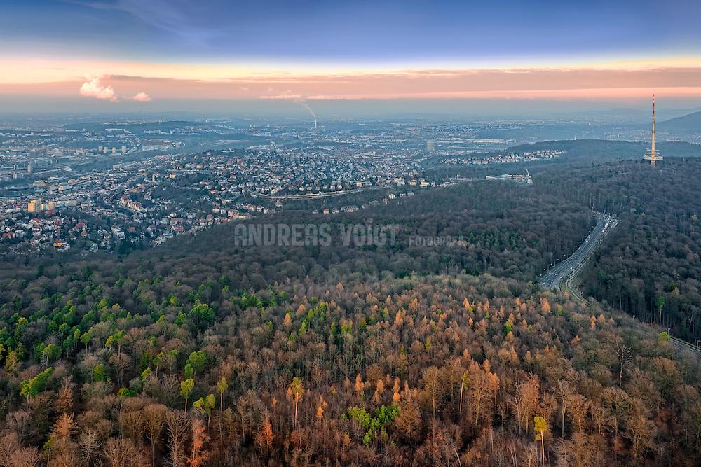 Blick vom Fernsehturm auf Stuttgart mit umliegendem Wald