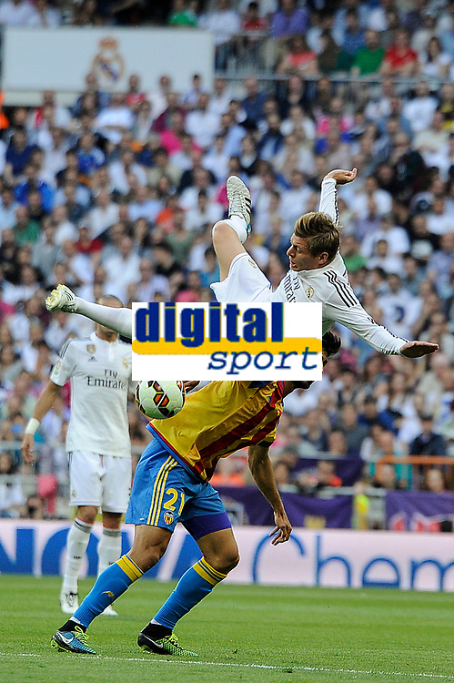 Real Madrid´s Toni Kroos and Valencia´s Andre Gomes during 2014-15 La Liga match between Real Madrid and Valencia at Santiago Bernabeu stadium in Madrid, Spain. May 09, 2015. (ALTERPHOTOS/Luis Fernandez)
