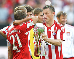 07.08.2010,  Augsburg, GER, 1.FBL, Supercup, FC Bayern Muenchen vs FC Schalke 04,  im Bild Philipp Lahm (Bayern #21) und Ivica Olic (Bayern #11) mit dem Pokal , EXPA Pictures © 2010, PhotoCredit: EXPA/ nph/ . Straubmeier+++++ ATTENTION - OUT OF GER +++++ / SPORTIDA PHOTO AGENCY
