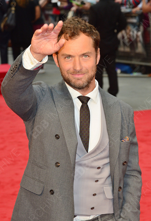 04.SEPTEMBER.2012. LONDON<br /> <br /> JUDE LAW ATTENDS THE UK FILM PREMIERE OF HIS NEW FILM ANNA KARENINA AT THE ODEON CINEMA, LEICESTER SQAURE.<br /> <br /> BYLINE: EDBIMAGEARCHIVE.CO.UK<br /> <br /> *THIS IMAGE IS STRICTLY FOR UK NEWSPAPERS AND MAGAZINES ONLY*<br /> *FOR WORLD WIDE SALES AND WEB USE PLEASE CONTACT EDBIMAGEARCHIVE - 0208 954 5968*