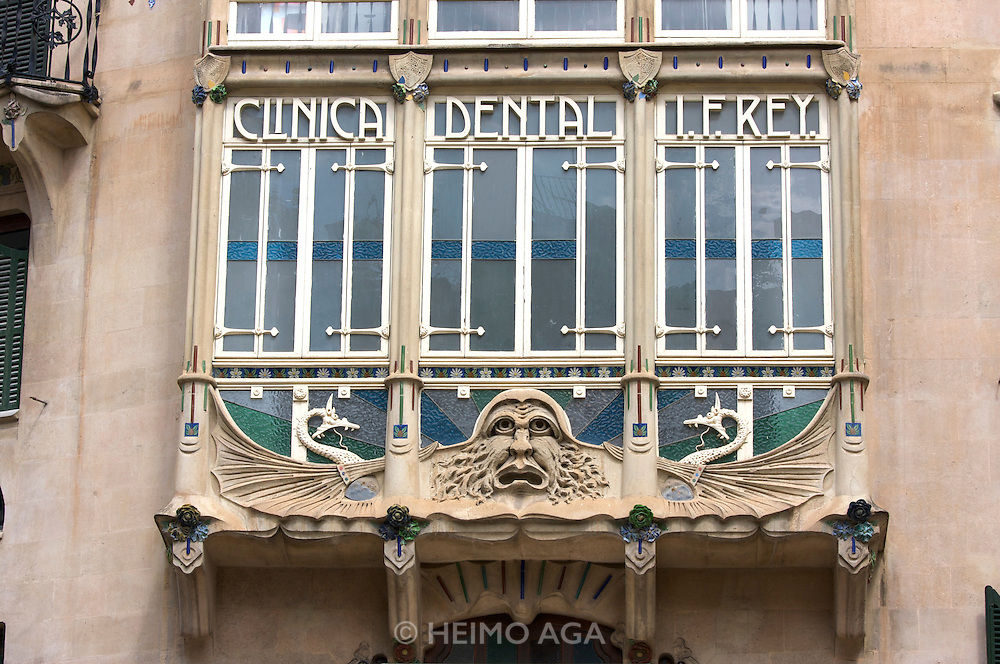 "Art Deco house with ""Clinica Dental I. F.Rey."