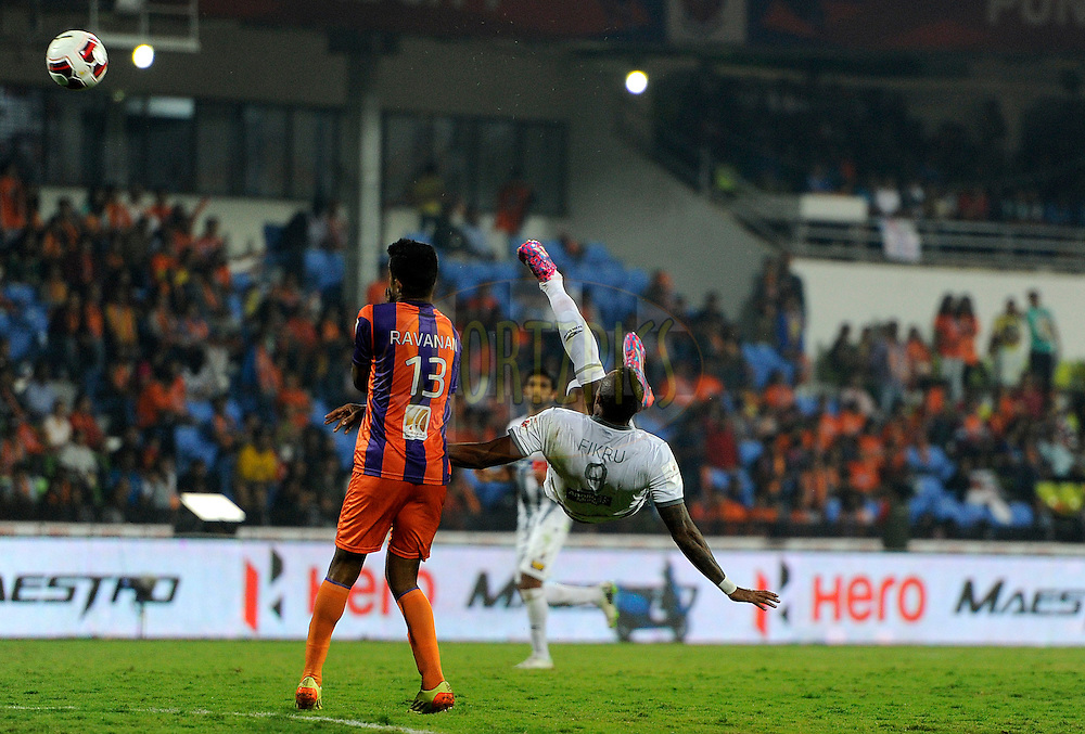Fikru Tefera Lemessa of Atletico de Kolkata and Dharmaraj Ravanan of FC Pune City during match 44 of the Hero Indian Super League between FC Pune City and Atletico de Kolkata FC held at the Shree Shiv Chhatrapati Sports Complex Stadium, Pune, India on the 29th November 2014.<br /> <br /> Photo by:  Pal Pillai/ ISL/ SPORTZPICS