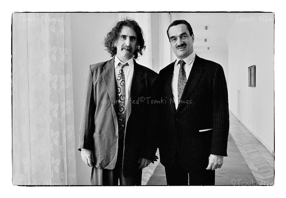 *En_Cechoslovakia, 1990, Prague Castle - Meeting with Frank Zappa                      *Cz_Setkani s rockovou legendou Frankem Zappou