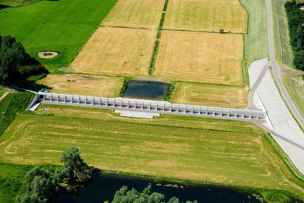 Nederland, Gelderland, Gemeente Lingewaard, 09-06-2016; de Groene rivier bij Pannerden, overloopgebied met regelwerk, parallel aan Pannerdensch Kanaal (buiten beeld, overgaand in Neder-Rijn). Vlak voor Pannerden splits de Rijn in Waal en Pannerdensch Kanaal, bij hoogwater verdeelt het regelwerk het water vanuit de Rijn naar de beide riviertakken.<br /> In het verleden was er een overlaat op de plaats van het regelwerk.<br /> <br /> Green River in Pannerden, overflow area parallel to Pannerdensch channel (left, also named Lower Rhine). Just befor Pannerden, the Rhine and Waal splits in Pannerdensch Channel and Waal, at high waters the control works distributes the water from the Rhine to the two river branches.<br /> luchtfoto (toeslag op standard tarieven);<br /> aerial photo (additional fee required);<br /> copyright foto/photo Siebe Swart