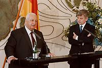 06.01.1999, Deutschland/Bonn:<br /> Ariel Sharon, Au&szlig;enminister Israel, und Joschka Fischer, Bundesau&szlig;enminister, w&auml;hrend einer Pressekonferenz anl&auml;&szlig;lich eines ersten Meinungsaustausches der Minister, Weltsaal, Ausw&auml;rtiges Amt, Bonn<br /> IMAGE: 19990106-01/01-19