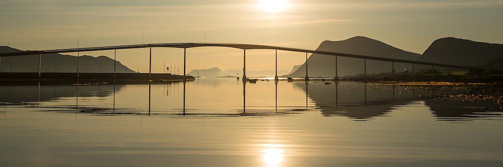 Panoramic view of Kvalsund Bridge, Nearby Fosnavåg, Norway in beutiful morning light | Panoramabilde i tidlig morgenlys ved Kvalsundbrua i Søre Vaulen, med flatt hav og spegling i sjøen