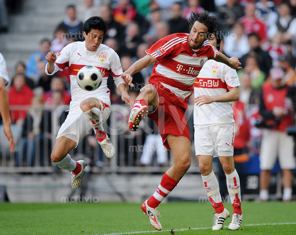 27.04.2008 Fussball Bundesliga Saison 2007/08 FC Bayern Muenchen - VFB Stuttgart Ricardo OSORIO (VFB, l) gegen Luca TONI (FCB).