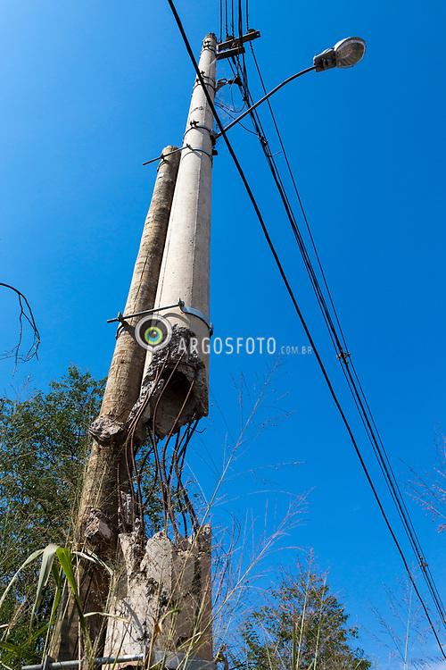Brumadiho, MG, Brazil. Poste danificado e remendado de forma improvisada. Rodovia MG-040. = Brumadinho, MG, Brazil. Post damaged and patched improvised.