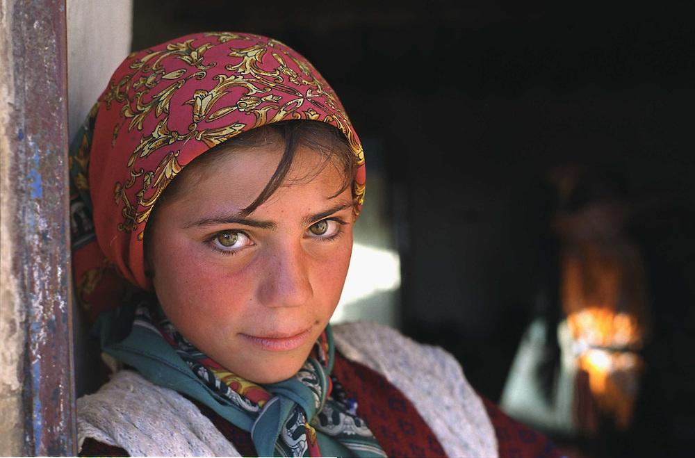 ..Kurdish  young girl near the border city Diar Bakr  turkey..12.09.02..