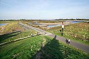 Nederland, the netherlands, Nijmegen, 15-10-2018 Het laagterecord voor de Rijn is vandaag bij Lobith gesneuveld. Er werd 6, 75 meter gemeten. Door de aanhoudende droogte staat het water in de rijn, ijssel en waal extreem laag . Zicht vanuit de drooggevallen inlaat van de Nevengeul, Spiegelwaal richting de rivier die erg laag staat . Schepen moeten minder lading innemen om niet te diep te komen . Hierdoor is het drukker in de smallere vaargeul . Door te weinig regenval in het stroomgebied van de rijn is het laagterecord verbroken . (Eigen levering, hergebruik niet vrij)Foto: Flip Franssen