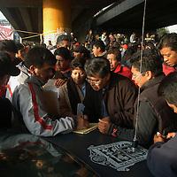 Toluca, Mex.- Comerciantes desalojados, se manifiestan en la zona mercado-terminal, debido al descontento por el desalojo que elementos de la policia realizaron la madrugada del martes, exigiendo su reubicacion. Agencia MVT / Luis Enrique Hernandez V. (DIGITAL)<br /> <br /> <br /> <br /> NO ARCHIVAR - NO ARCHIVE