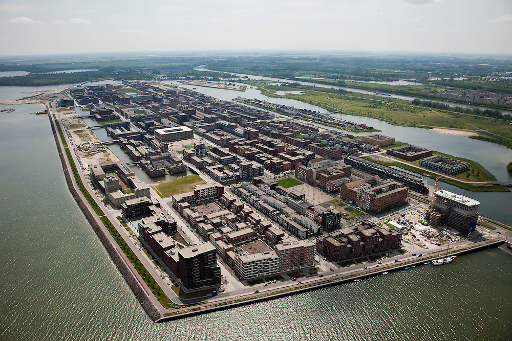 Nederland, Amsterdam, IJburg, 25-05-2010. Overzicht Haveneiland,  met op het tweede plan rechts de kleinere Rieteilanden. Parallel aan het Amsterdam-Rijnkanaal de Diemerzeedijk, gesaneerde vuilstortplaats, nu  Diemerpark..Overview Harbour Island, with the second plan, to the right the smaller Rieteilanden. Parallel to the canal the Diemerzeedijk, rehabilitated landfill, now Diemerpark..luchtfoto (toeslag), aerial photo (additional fee required).foto/photo Siebe Swart