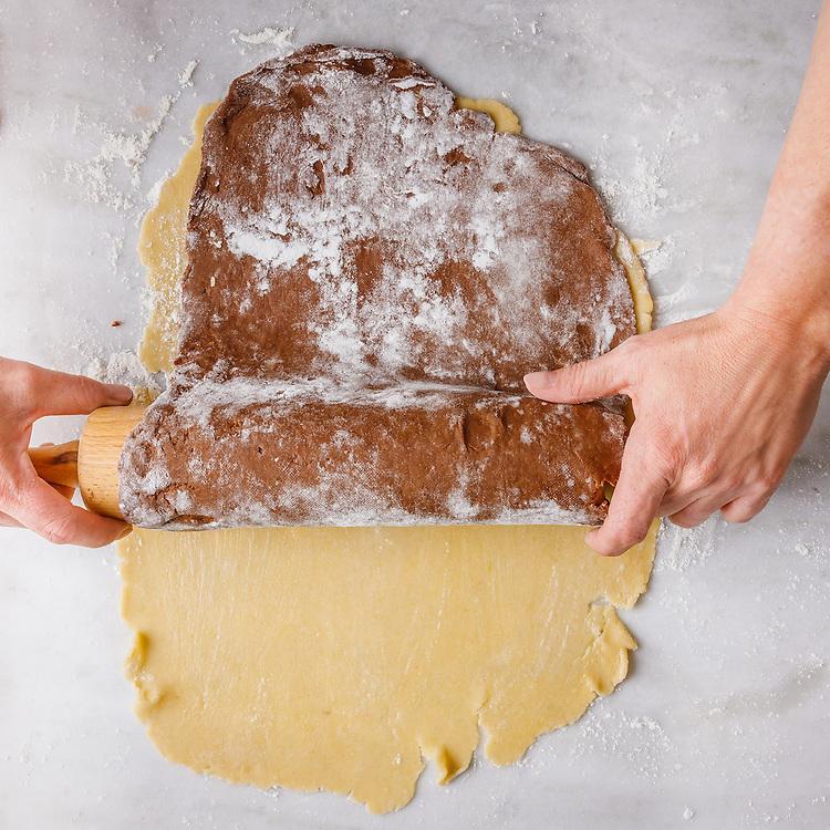 Colocar la masa de chocolate sobre masa de vainilla