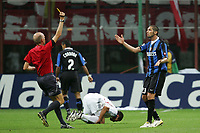 Fotball<br /> UEFA Champiosn League<br /> Inter Milan v Bayern München<br /> 27.09.2006<br /> Foto: Inside/Digitalsport<br /> NORWAY ONLY<br /> <br /> Referee Stephen Graham BENNETT shows a yellow card to Marco MATERAZZI