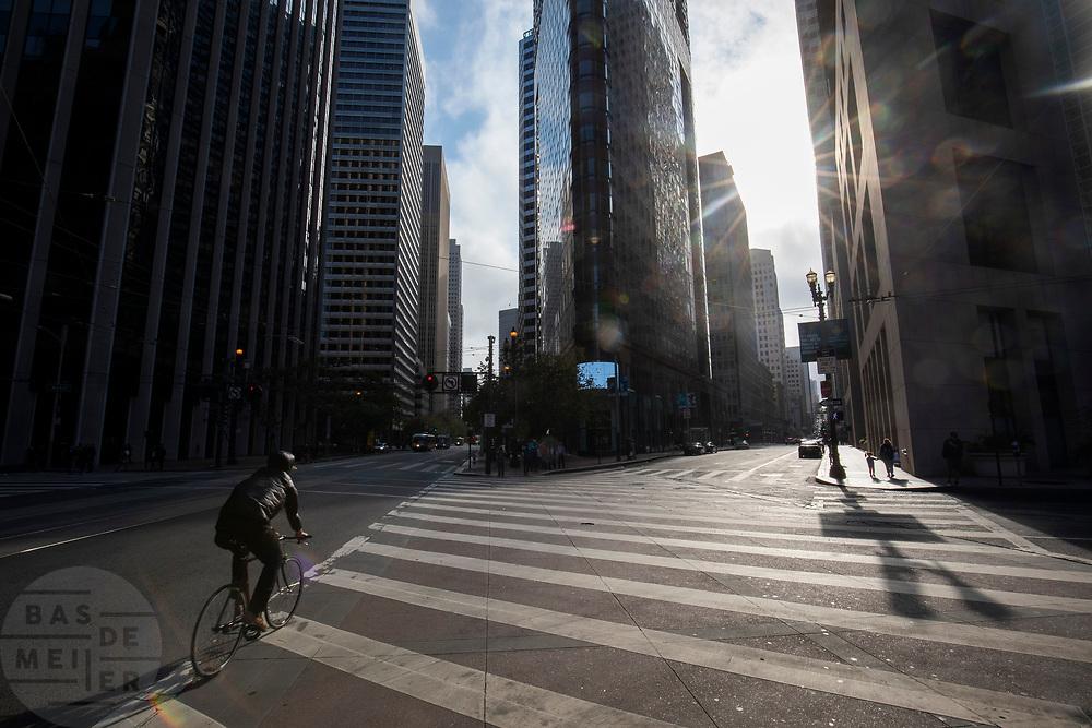 Amerika, San Francisco, 01-09-2018<br /> In San Francisco rijdt een fietser door het centrum. De Amerikaanse stad San Francisco aan de westkust is een van de grootste steden in Amerika en kenmerkt zich door de steile heuvels in de stad. <br /> <br /> A cyclist in San Francisco. The US city of San Francisco on the west coast is one of the largest cities in America and is characterized by the steep hills in the city.<br /> Foto: Bas de Meijer / De Beeldunie