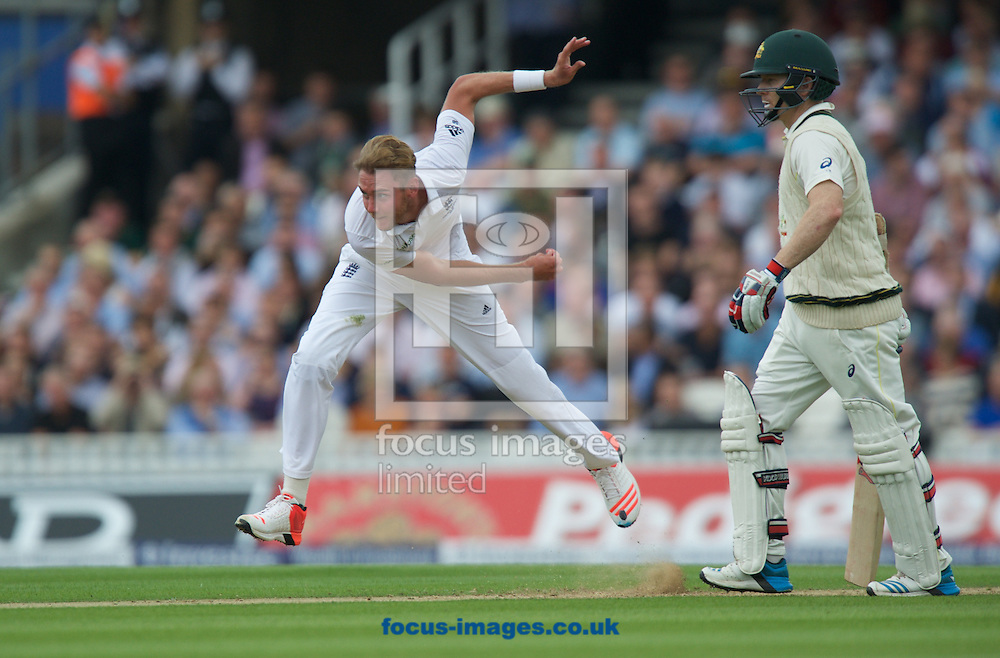 Stuart Broad bowling as batsman Chris Rogers looks on during the 5th Investec Ashes Test Match match at the Kia Oval, London<br /> Picture by Alan Stanford/Focus Images Ltd +44 7915 056117<br /> 20/08/2015