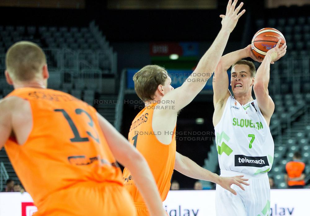 08-09-2015 CRO: FIBA Europe Eurobasket 2015 Slovenie - Nederland, Zagreb<br /> De Nederlandse basketballers hebben de kans om doorgang naar de knockoutfase op het EK basketbal te bereiken laten liggen. In een spannende wedstrijd werd nipt verloren van Slovenië: 81-74 / Robin Smeulders of Netherlands vs Klemen Prepelic of Slovenia. Photo by Vid Ponikvar / RHF