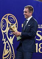 FUSSBALL  WM 2018  FINALE  ------- Frankreich - Kroatien    15.07.2018 Philipp Lahm (Deutschland) mit den WM Pokal zum Podium