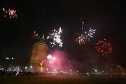 Mannheim. 01.01.18  <br /> Am Wasserturm. Silvester. Die Menschen feiern den Start in das Jahr 2018.<br /> Mit Raketen und Böller wird der Wasserturm in ein buntes Licht getaucht.<br /> Bild-ID 333   Markus Proßwitz 01JAN18 / masterpress