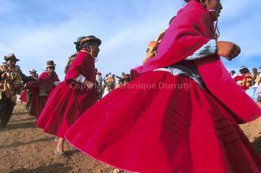 """""""Fête des pommes de terre"""". Les indiens de l'Isla del Sol, sur le lac Titicaca, font une grande fête la veille des semailles des pommes de terre. cette fête est l'occasion d'offrandes à la Pachamama, la """"déesse terre"""" traditionnelle de Bolivie, de chants et de danses...""""Fête des pommes de terre"""". Les indiens de l'Isla del Sol, sur le lac Titicaca, font une grande fête la veille des semailles des pommes de terre. cette fête est l'occasion d'offrandes à la Pachamama, la """"déesse terre"""" traditionnelle de Bolivie, de chants et de danses."""