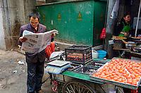 Chine, province du Shaanxi, ville de Xi'an, lecture du matin // China, Shaanxi province, Xian, morning reading