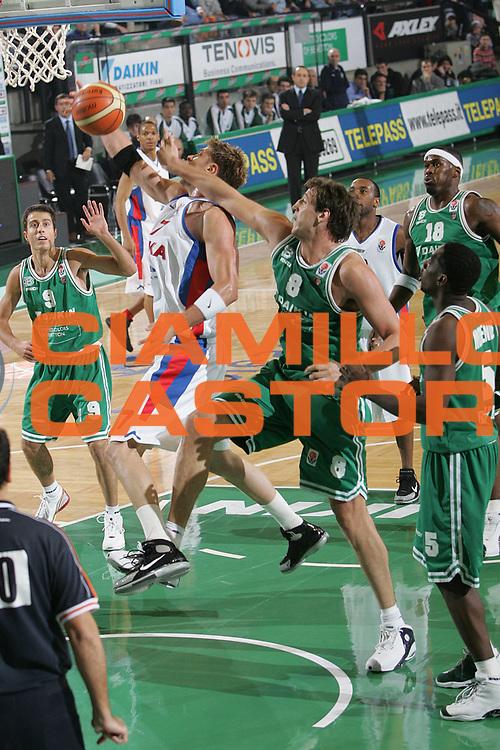 DESCRIZIONE : TREVISO EUROLEGA A1 2004-2005 <br /> GIOCATORE : ANDERSEN <br /> SQUADRA : CSKA MOSCA <br /> EVENTO : EUROLEGA 2004-2005 <br /> GARA : BENETTON TREVISO-CSKA MOSCA <br /> DATA : 23/12/2004 <br /> CATEGORIA : Penetrazione <br /> SPORT : Pallacanestro <br /> AUTORE : Agenzia Ciamillo-Castoria/S.Silvestri