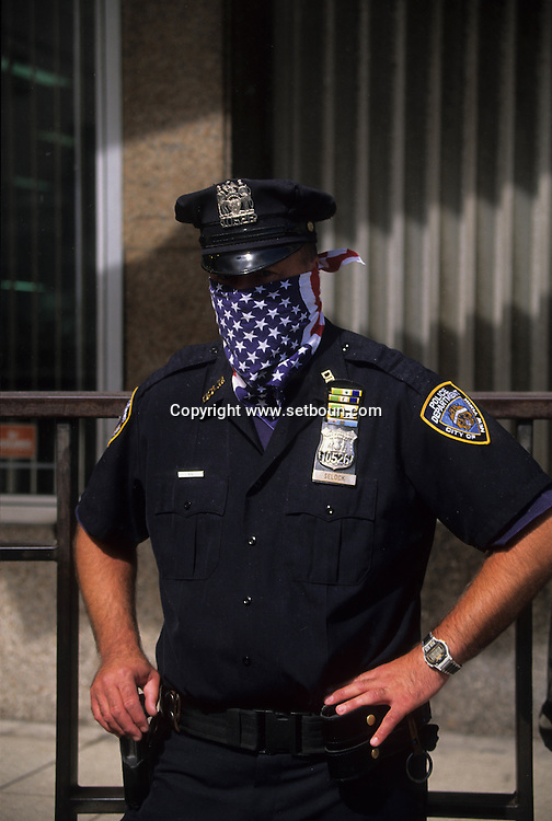 New York. 9/11  terrorist attack on the twin towers of the world trade center towers,  policeman with mask made with an amrican flag , in Manhattan  New york  Usa New york -    /   9 septembre, attaque terroriste sur les tours du world trade center, policier avec un masque aux couleurs du drapeau americain , Manhattan  New york  USA