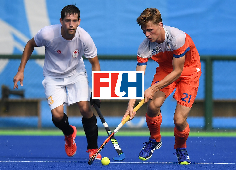 Netherland's Jorrit Croon (R) vies for the ball with Canada's Iain Smythe during the men's field hockey Netherlands vs Canada match of the Rio 2016 Olympics Games at the Olympic Hockey Centre in Rio de Janeiro on August, 9 2016. / AFP / MANAN VATSYAYANA        (Photo credit should read MANAN VATSYAYANA/AFP/Getty Images)