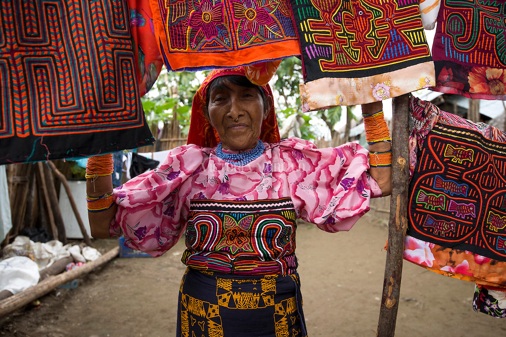 Retrato de Mujer indígena Guna Yala. La  isla de Carti Sugdub, perteneciente a la comarca indígena  Guna Yala,  forma parte del archipiélago de 365 islas a lo largo de la costa caribe noreste de Panamá...(Ramón Lepage).