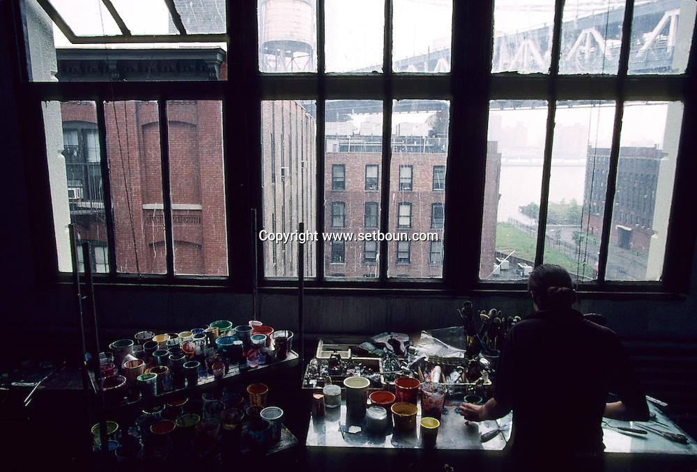 Kellyan Burns artist in Dumbo area, artist leaving under the bridges  Brooklyn New York  Usa Kellyan Burns artiste de Dumbo  quartier des docks occupes par les artistes