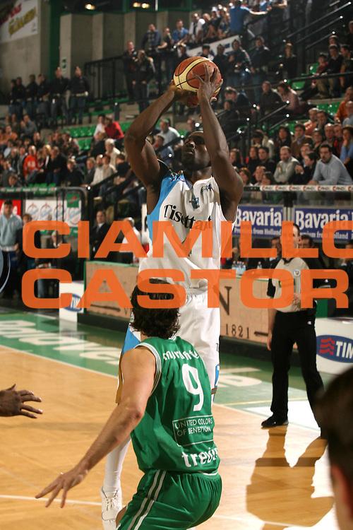 DESCRIZIONE : Treviso Lega A1 2006-07 Benetton Treviso Tisettanta Cantu <br /> GIOCATORE : Smith<br /> SQUADRA : Tisettanta Cantu <br /> EVENTO : Campionato Lega A1 2006-2007 <br /> GARA : Benetton Treviso Tisettanta Cantu <br /> DATA : 04/02/2007 <br /> CATEGORIA : Tiro <br /> SPORT : Pallacanestro <br /> AUTORE : Agenzia Ciamillo-Castoria/M.Marchi