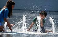 6月15日,在美国加利福尼亚州洛杉矶,小孩子在市中心的大公园內的喷泉戏水。当日, 加州迎来今年夏天第一个热浪,山区、沙漠、谷区和大城市,气温将飙升破90度至100度,而且将持续数天之久。热浪将使全州气温超过正常温度12至18度,因此气象专家呼吁加州民众留在室内,保持凉爽,避免热相关疾病上身。新华社发(赵汉荣摄)<br /> Children cool off in the fountain at Grand Park in downtown Los Angeles , the United Stated, Thursday June 15, 2017. Temperatures are expected to climb 12 to 18 degrees above normal this weekend through at least the middle of next week, according to the National Weather Service.  Forecasters warned area residents to protect themselves and those close to them from the conditions by dressing light, drinking plenty of water, restricting the time spent in the sun. (Xinhua/Zhao Hanrong)(Photo by Ringo Chiu)<br /> <br /> Usage Notes: This content is intended for editorial use only. For other uses, additional clearances may be required.