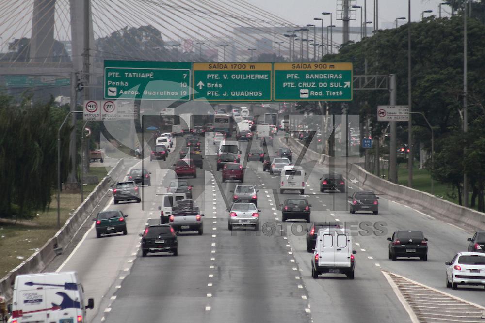 SÃO PAULO, SP, 31 JANEIRO DE 2013  - TRANSITO SP - Congestionamento na Marginal Tietê sentido Rod Ayrton Sena, altura da Ponte da Casa Verde, na noite  dessa quinta-feira (31), região do Bom Retiro, zona central da capital -  FOTO LOLA OLIVEIRA - BRAZIL PHOTO PRESS
