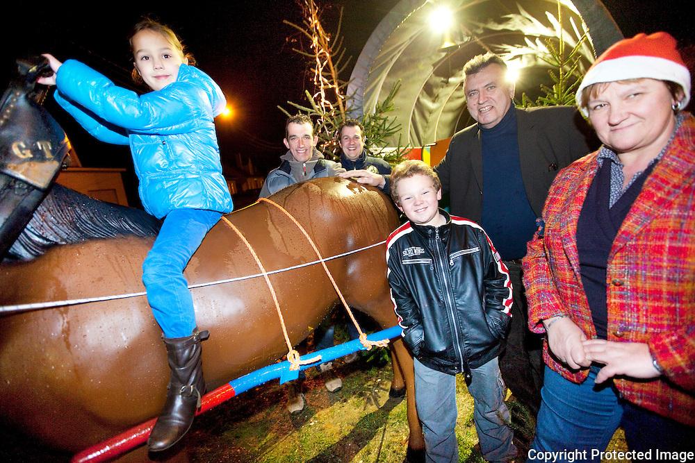371732-Berre Hellemans met enkele buren bij hun kerstcreatie-kerkstraat 18 Massenhoven